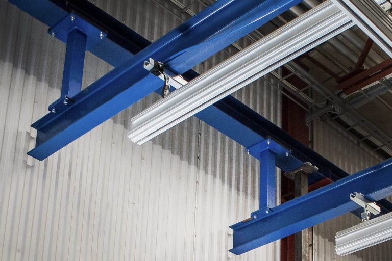 Takmonterad stålstruktur för traverssystem