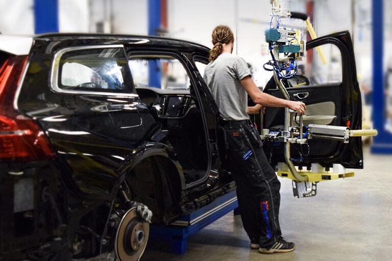 Lyfthjälpmedel till fordonsindustrin, lyft av fordonskomponenter, lyft bildörr - Movomech
